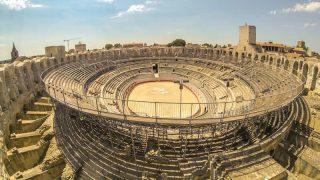 Além dos cenários de Van Gogh, a arquitetura romana é o destaque, como a Arena pintada por Van Gogh