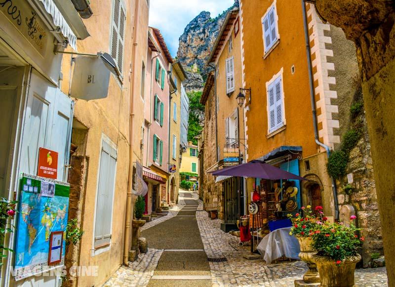 Cercada de montanhas, os caminhos de Moustiers-Sainte-Marie são sempre cheios de cores