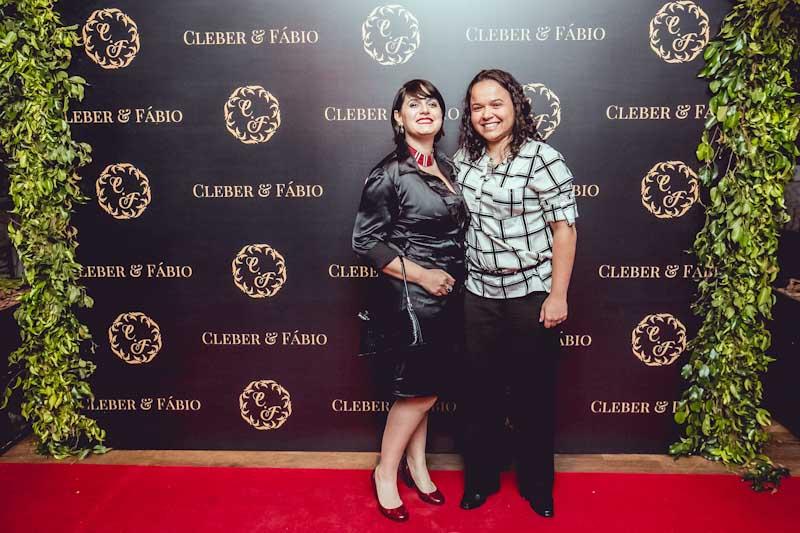 Nossas madrinhas Amanda e Eloah, também responsáveis pela arte do backdrop e de alguns itens do casamento