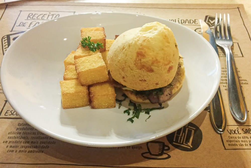 Pão de queijo acompanhado de polenta da Pão de Queijaria