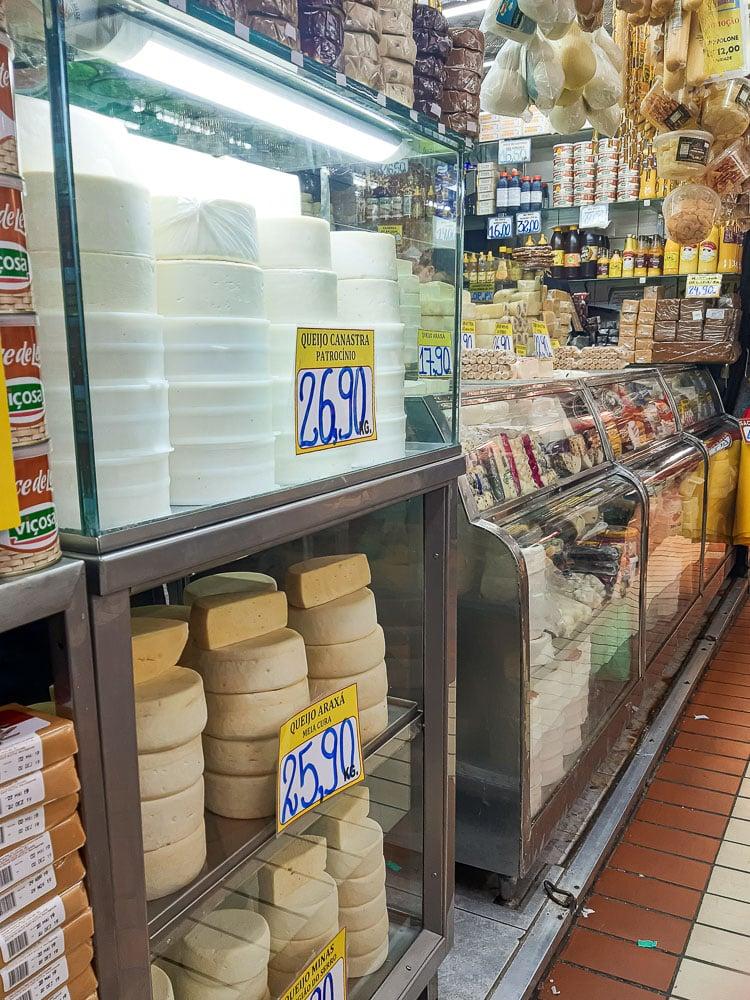 O que fazer em BH - 12 Pontos Turísticos para Visitar: Prateleiras com queijos e doces no Mercado Central de BH